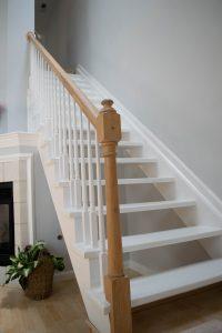 wit geschilderde houten trap